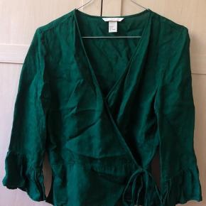 Bindebluse/wrap bluse fra h&m i mørkegrøn. Passer en small eller x-small