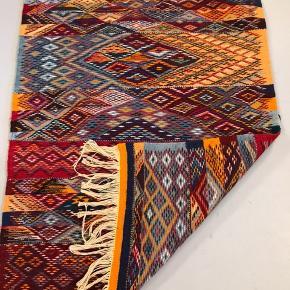 Vævet tæppe fra Marokko , kan bruges på begge sider. Måler 110x80 cm