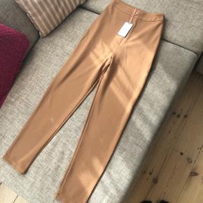 Det er bukserne der er til salg