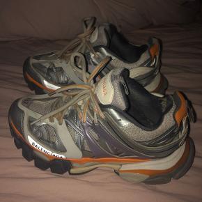 Sælger disse pisse lækre chunky balenciaga track sneakers i str 37. Er i fin stand, dog nogle mærker hist og her og huller inde i skoen som man dog ikke kan se på. Sælges til en go pris, så byd gerne :)