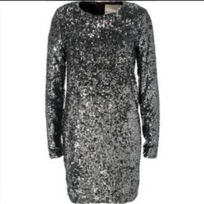 Meget smuk pallietkjole fra Inwear str 38 med velour i ærmet og forneden på kjolen (indeni), så den er meget behagelig at have på! Nypris 1200 kr! Byd.