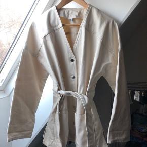 Fin denim jakke fra & Other Stories med bindebælt, brugt en enkelt gang. Ingen tegn på spor.