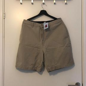 Vintage Tommy Hilfiger shorts Størrelse: W 34 Prismærke sidder stadig. Sælges grundet fejl størrelse