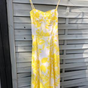 Smuk midi kjole fra Zara med blomster mønster i gul og hvid. Perfekt pasform. Går ca ned til knæet og sidder helt til oppe ved bryst og talje. Den perfekte sommerkjole