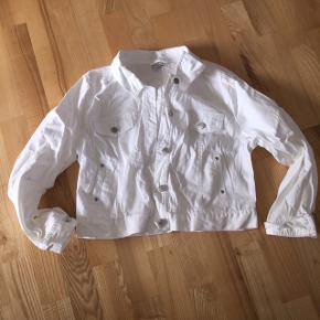 Cowboy jakke kort model str xl(svare til m/l) Prisen er 45 kr pp med dao Bruger mobilpay🌺🌺