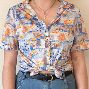 Fin skjorte med blomster i str. 38 - ses her på str. medium model. 🌼 byd løs