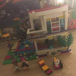 Levi's popstjernehus Der er så godt som aldrig leget med det.  Det hele er blevet samlet for at tjekke om der manglede noget.   Køber betaler selv ekstra hvis det skal sendes