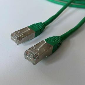 Dobbeltsidet grønt netværkskabel til brug i forbindelse med opkobling til internet eller andet netværk. Kablet (fra spids-til-spids) er næsten 5 meter langt.  Såfremt der er spørgsmål til ovenstående, er du velkommen til at skrive en besked.