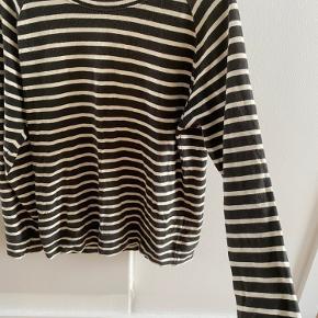 Sweatshirt fra Moss Copenhagen, stribet mørkegrøn og hvid - brugt, men i fin stand  Kan afhentes i Odense C eller sendes på købers regning