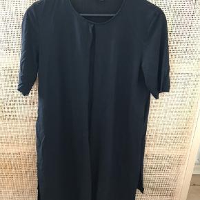 Fed T-shirt fra Cos med to længere sidestykker, som kan bindes rund om trøjen/ eller bagpå (se de andre billeder).   Str. M