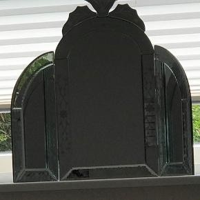 Sælger dette unikke vintage spejl som ikke har været ude i butikkerne i flere år...man kan derfor være garanteret at man er blandt de meget få mennesker der ejer lige præcis dette spejl. Udover det så er spejlet også virkelig velholdt uden nogen former for skrammer. 🌸🌹  Varen kan afhentes i Odense C.