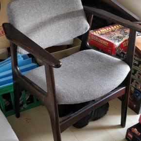 Arne Vodder stol. Sort bejdset eg. Rigtig god sidde komfort. Gråt uld stof