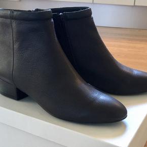 Nye Rose Puff ankelstøvler. Almindelig størrelse 41. Fra røgfrit hjem. Porto med gls 51kr.