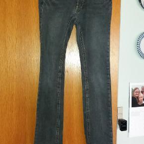 Fine Jeans i denim. Med reguleringselastik i taljen.