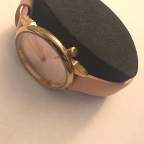 ❗️FRI FRAGT❗️   Beskrivelse:   Rosa/ lyserød Ur fra Komono med gulddetaljer.   Der skal isættes et nyt batteri.