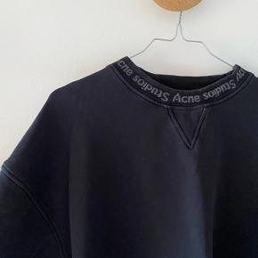 Acne Studios sort sweatshirt   Str xxs, dog meget oversized, derfor passes den af alt fra xs-m   Der har været et lille hul i ærmet, dog er det syet nu og er næsten ikke synligt (ses på sidste billede)☺️