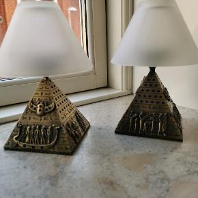 Sælger disse fine pyramide fyrfadsstager. De er købt i Egypten og er messingfarvede med blå sten. Sælges samlet. Sendes på købers regning.
