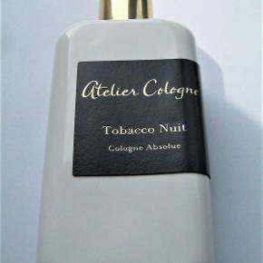 "Ny ""Tobacco Nuit"" fra Atelier Cologne 100ml, kun testet så helt fuld. Perfekt stand. Købspris 1450kr.  FANTASTISK duft "" Balsamic, smoky, amber, fresh spicy, aromatic, woody"" parfume."