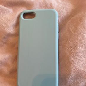 Sælger dette blå cover til IPhone 7. Er knækket i nederstehøjre hjørne, men ikke noget der ses når coveret er på🤍