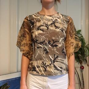 """Rigtig flot vintage bluse fra mærket """"Mode Pin DE PARIS"""". Stoffet er meget specielt og i camouflage."""