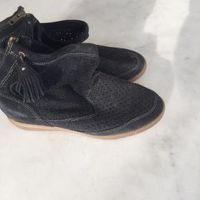 Sælger disse fine støvler i modellen Basley i antracit grå. De er brugt men stadig i fin stand. Æske haves ikke. Bytter ikke. Køber betaler fragt. Se venligst mine andre annoncer🌸