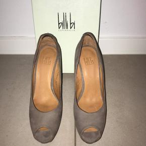 Sælger disse Billi Bi heels str. 39 (små i størrelsen). De er brugt højst 2 gange, så de er i den fineste stand. Hælen er 11,5 cm med en plateau sål på 2,5 cm. NYPRIS: 999kr - BYD !! 😁