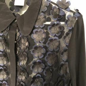 Sort transparent selskabs skjorte med blomster applicationer og ærmer i 100 % silke . Luksus items
