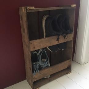 Hjemmelavet skoreol, kan sagens hænges op, se evt. sidste billede.  Mål: 57,5 x 40,5 cm, dybde: 13 cm