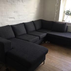 Sofaen fejler intet, udover lidt misfarvning på den ene rygpude pga. solen.