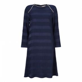 Virkelig lækker kjole fra Gustav.  Sidder så fin på  Viscose og elasthan  Bryst 90 cm Længde 94 cm  Brugt få gange