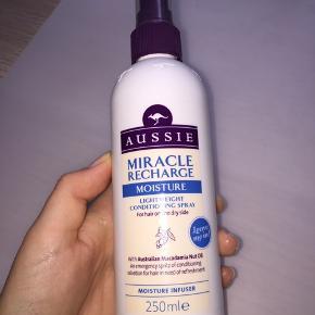 Halløj❤️ Sælger denne balsam spray! Den er brugt lidt. (Kig på næste side og se hvor meget!) 🐝  Jeg kan ikke klare lugten af den, det er derfor jeg sælger den haha🤣 Men det er jo smag og behag😚  Sendes ikke. Afhentes I Albertslund❤️ Sender ikke, da jeg har haft dårlige oplevelser med det🌹  Jeg kan huske at den var meget dyr! Mener det var 70 kr. Men er ikke sikker?