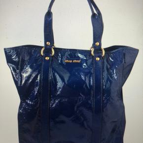 Skøn patent læder tote fra Miu Miu. Se grundig fotografering. Pris er sat efter standen som er god overall. Se også alle de andre over 100 skønne ting jeg sælger  🌸🌟