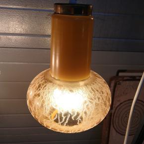 Super flot gammelt gul loftlampe fra 1950 /60er. Gul glas. Diameter Ca. 18 cm. Højde Ca. 25 cm. Kan afhentes i Århus N. /Trøjborg