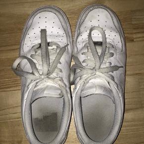 Nike air force 1 i str 39 De er ikke specielt brugt og vaskes inden de sendes/afhentes Køber betaler fragt (kan også mødes et sted i Kbh)