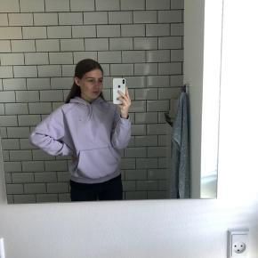 Carhartt hoodie købte den sidste år, men har aldrig brugt den. Er en mande størrelse i xs, men fitter perfekt til en pige i xs-s.  Np 750 kr.  Endelig byd!
