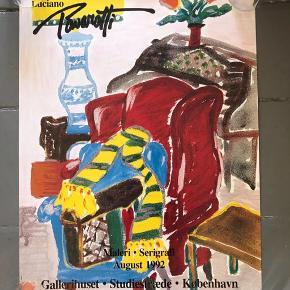 Mindre udstillingsplakat - Luciano Pavorotti - fra 1992. Jeg troede han var operasanger 🤔  45x60 cm Der er små reklamelogoer nederst (se billede) 100kr #lucianopavarotti gallerivæg #billedvæg #kunstvæg #plakat #udstillingsplakat #kunstplakat #vintageplakat #tingtilvæggen #kunsttryk #kunstplakat #dekoration #boligindretning #billedetilvæggen #kunsttilvæggen