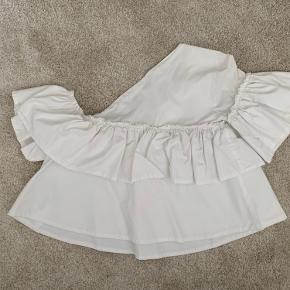 Top fra Zara med flæser i str. S.  Dækker kun den ene skulder.  Er brugt få gange, men fremstår som ny 💖