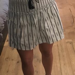 Hvid/grå løs nederdel fra Moliin Copenhagen.