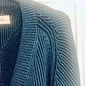Flot cardigan i skøn metallisk blå farve. Lukkes med lynlås.   Bytter ikke!