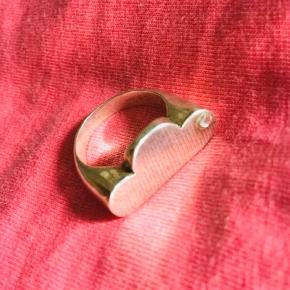 Fin sølvring kreeret af den franske kunstner Adeline Affre, og købt i Paris, Frankrig.  Ringen har facon som en sky og med en Swarowski sten.  Str 56.