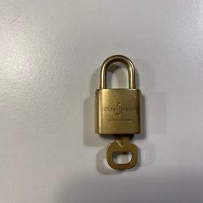 Fin lås, har været brugt i en halskæde,  Har ikke noget og da jeg er pænt sikker på den kommer fra en halskæde