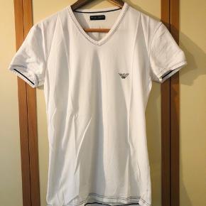Behagelig hvid T-shirt med V hals, print for/bag sælges pga pladsmangel. Super behagelig at bære da den sidder tæt og er fremstillet i blødt behageligt stof.  Har ingen former for huller, pletter el anden form for slitage, da den højest har vært i brug 4-5 gange siden den blev købt.  Kom med et fair bud