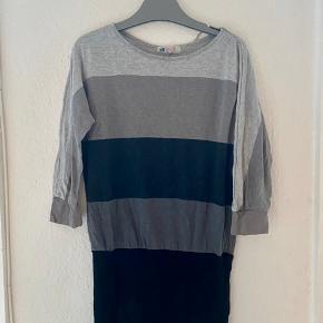 Kjole bluse 134/140  -fast pris -køb 4 annoncer og den billigste er gratis - kan afhentes på Mimersgade 111 - sender gerne hvis du betaler Porto - mødes ikke andre steder - bytter ikke
