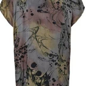"Smuk ""Maddy"" kjole i fint farvemix med håndtegnet print. Kjolen har V-hals og knaplukning i nakken. Stor i størrelsen og bred i modellen. Let og lækker kvalitet. Til salg i flere grupper."