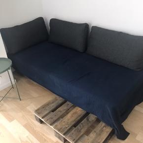 Mål: 200x90  Sofaen er blevet brugt som gæsteseng og sofa.   Boxmadres med multiposefjedre, mellem-hård. Topmadres i latex som giver en mere blød fornemmelse.   Inkl. to EU-paller, sengetæppe fra IKEA og hynder fra ILVA.