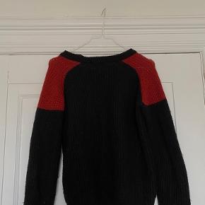 IRO sweater med røde skuldre