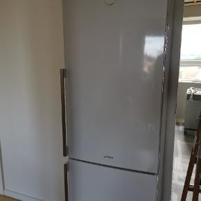 Sælger dette lækre køle/fryseskab fra Gorenje. Det fejler intet og sælges udelukkende pga nyt køkken, hvor der skal være integrerbar køleskab i stedet for.  Køleskabet måler 185cm i højden, dybden er på 64 cm og bredden er på 60 cm. Fryserens brutto er på 95L og køleskabet er på 227L. Det er rengjort og klar til nyt hjem. Så det er bare et spørgsmål om, hvornår du kan hente det?   Ud over ovenstående, så har køleskabet en masse gode funktioner som fx ion air, der er med til at holde ens mad frisk i længere tid. Se billeder for mere info omkring dette. Elles kan nævnes, frostless som er med til at mindske is i fryseren.   Bud er velkommen, men kun seriøse bud overvejes. Skam bud slettes!