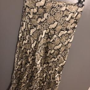 H&m nederdel  Størrelse 38/M (36/s kan også passe)  Brugt få gange