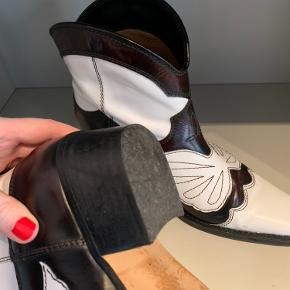 Ganni low Texas støvler str 38. De er brugte, men der er ikke tegn på slid - se billede af sål.