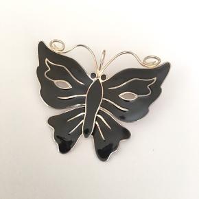 Lund Copenhagen sommerfugl af sølv med sort emalje (stor) sælges Aldrig brugt Sælges med original gennemsigtig ziplock-pose og en brun lille papæske (ikke en smykkeæske)